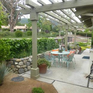 Esempio di un piccolo patio o portico stile americano nel cortile laterale con graniglia di granito e una pergola