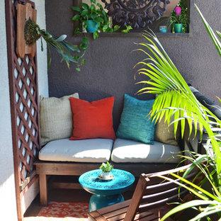Ispirazione per un piccolo patio o portico tropicale con un tetto a sbalzo