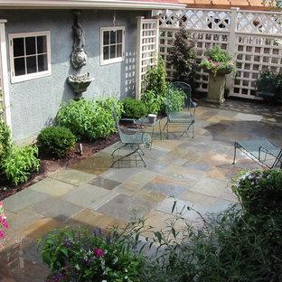Foto di un patio o portico american style di medie dimensioni e nel cortile laterale con fontane e pavimentazioni in mattoni
