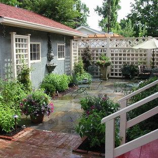 Idee per un patio o portico american style di medie dimensioni e nel cortile laterale con fontane e pavimentazioni in mattoni