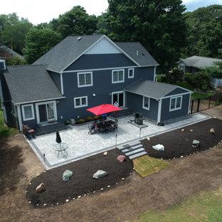 Idee per un grande patio o portico country dietro casa con pavimentazioni in cemento