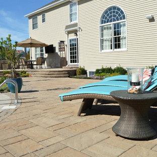 Ispirazione per un patio o portico shabby-chic style dietro casa con pavimentazioni in cemento