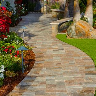 Foto de patio mediterráneo, extra grande, en patio lateral, con jardín de macetas y adoquines de piedra natural