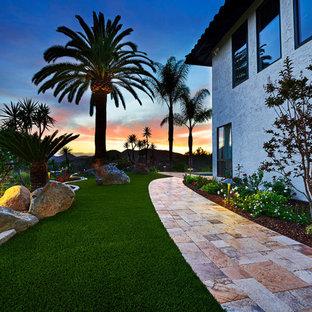 Idee per un ampio patio o portico mediterraneo nel cortile laterale con pavimentazioni in pietra naturale