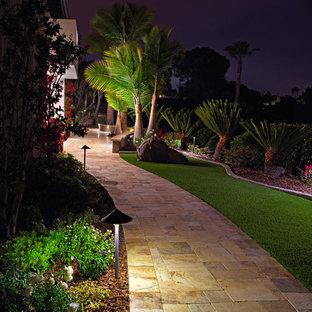 Foto di un ampio patio o portico mediterraneo nel cortile laterale con pavimentazioni in pietra naturale