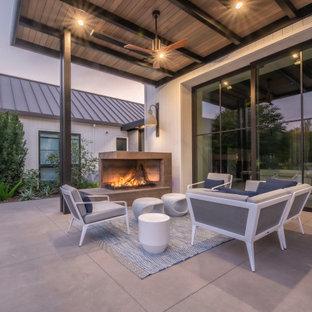 Idées déco pour une grande terrasse et balcon arrière moderne.