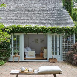 Idee per un patio o portico country dietro casa con pavimentazioni in mattoni e nessuna copertura