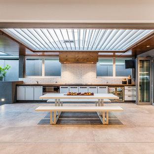 Überdachter Moderner Patio mit Outdoor-Küche und Betonplatten in Perth