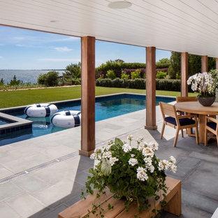 Ispirazione per un patio o portico costiero dietro casa con un tetto a sbalzo