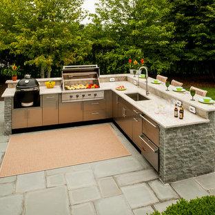 Imagen de patio tradicional, grande, en patio trasero, con cocina exterior, toldo y adoquines de hormigón