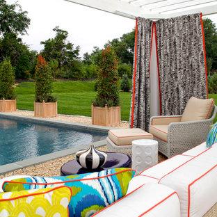 Idee per un grande patio o portico stile marinaro dietro casa con ghiaia e nessuna copertura