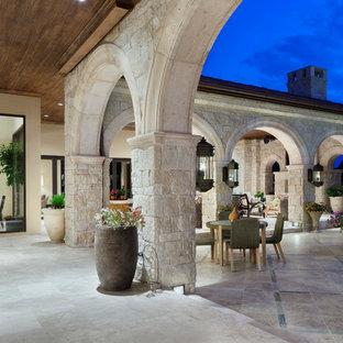 Inspiration pour une terrasse méditerranéenne avec une extension de toiture.