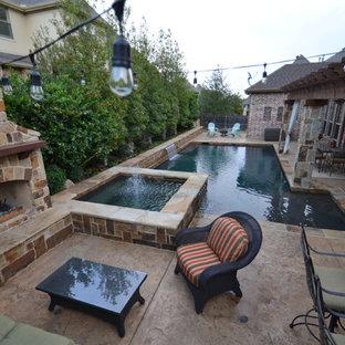 Foto de patio clásico renovado, de tamaño medio, en patio trasero, con suelo de hormigón estampado y brasero