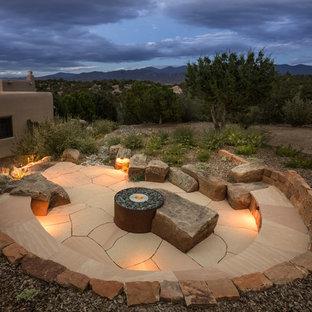 Mittelgroßer, Unbedeckter Mediterraner Patio neben dem Haus mit Feuerstelle und Natursteinplatten in Albuquerque