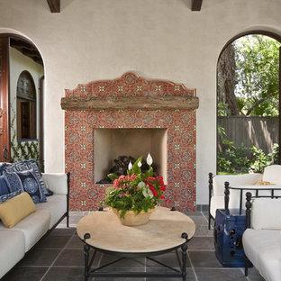 Cette image montre une terrasse sud-ouest américain avec un foyer extérieur et du carrelage.