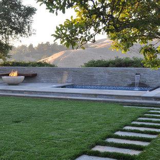 Foto de patio moderno con fuente