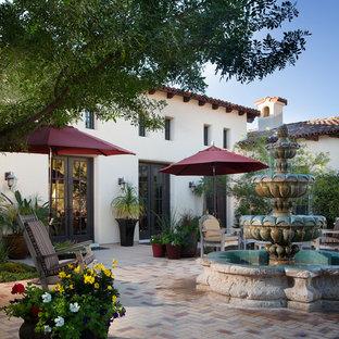 Imagen de patio mediterráneo, grande, sin cubierta, en patio trasero, con adoquines de ladrillo