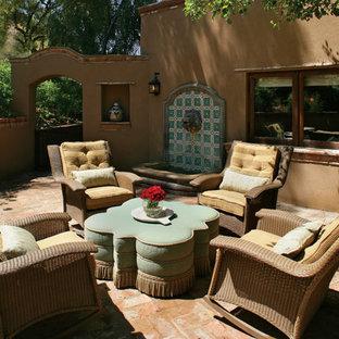 Idee per un patio o portico stile americano con pavimentazioni in mattoni e fontane