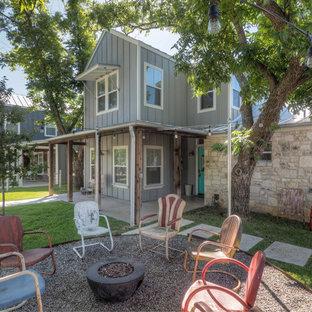 Ispirazione per un piccolo patio o portico country davanti casa con ghiaia, nessuna copertura e un focolare
