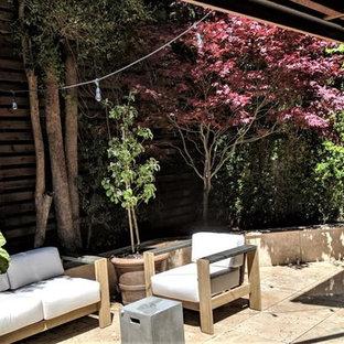 Ispirazione per un grande patio o portico etnico dietro casa con piastrelle e nessuna copertura