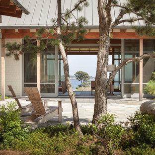 Immagine di un ampio patio o portico minimal in cortile con pavimentazioni in pietra naturale e nessuna copertura