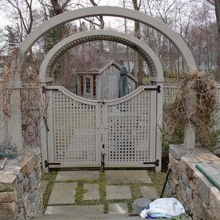 Foto de patio clásico, de tamaño medio, sin cubierta, en patio trasero, con jardín de macetas