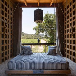 Ispirazione per un patio o portico country di medie dimensioni e dietro casa con piastrelle