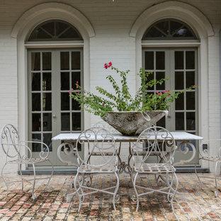 Ispirazione per un patio o portico shabby-chic style di medie dimensioni e dietro casa con pavimentazioni in mattoni
