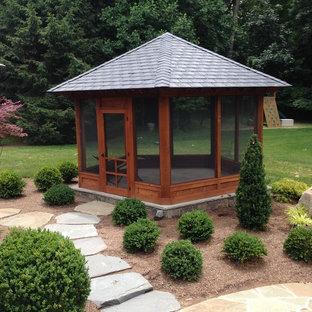 Ejemplo de patio contemporáneo, de tamaño medio, en patio trasero y anexo de casas, con adoquines de piedra natural