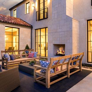 Идея дизайна: дворик в средиземноморском стиле с уличным камином без защиты от солнца