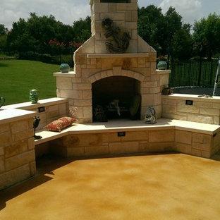 Esempio di un patio o portico stile rurale di medie dimensioni e dietro casa con un focolare, lastre di cemento e nessuna copertura