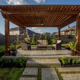 Diseño de patio tradicional, en patio trasero, con pérgola