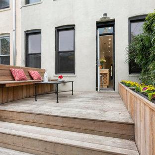 Exemple d'un jardin potager de balcon et terrasse arrière montagne de taille moyenne avec une terrasse en bois et aucune couverture.