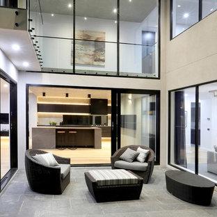 Ispirazione per un grande patio o portico industriale nel cortile laterale con pavimentazioni in cemento