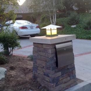 Immagine di un piccolo patio o portico stile americano con pavimentazioni in cemento
