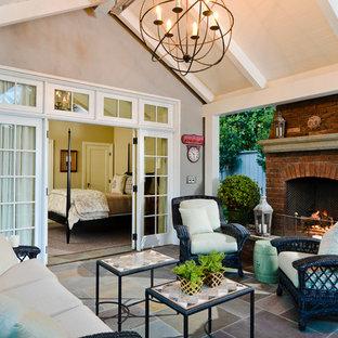 Idee per un patio o portico chic con un focolare