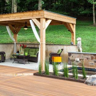 Immagine di un grande patio o portico moderno dietro casa con un gazebo o capanno, fontane e pedane