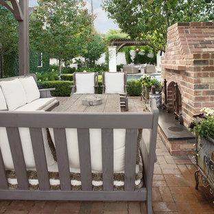 Ispirazione per un ampio patio o portico classico dietro casa con pavimentazioni in mattoni e un gazebo o capanno