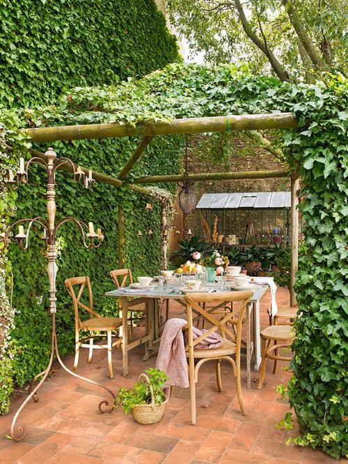 foto de patio campestre de tamao medio en patio trasero con prgola