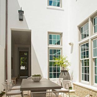 Foto di un piccolo patio o portico contemporaneo in cortile con fontane, piastrelle e nessuna copertura