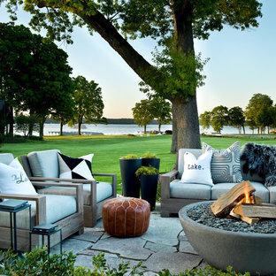 Неиссякаемый источник вдохновения для домашнего уюта: дворик в стиле современная классика с местом для костра и покрытием из каменной брусчатки без защиты от солнца
