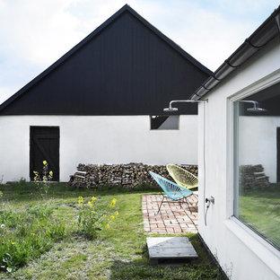 Aménagement d'une terrasse avec une douche extérieure arrière scandinave de taille moyenne avec du carrelage.