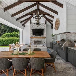 Ispirazione per un patio o portico marinaro con un tetto a sbalzo