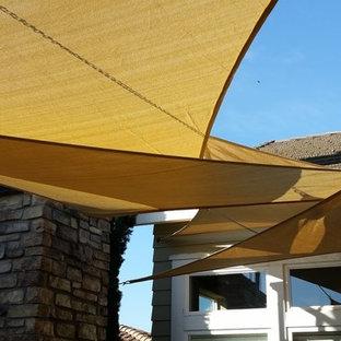Foto di un patio o portico di medie dimensioni e in cortile con un caminetto e un gazebo o capanno