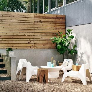 Aménagement d'une terrasse contemporaine avec du gravier.