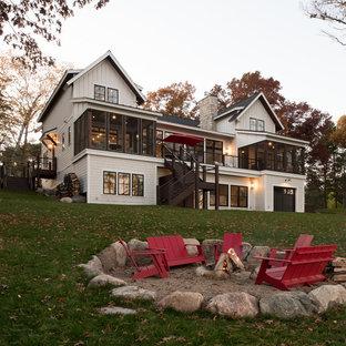 Idee per un patio o portico stile marinaro dietro casa con un focolare e nessuna copertura