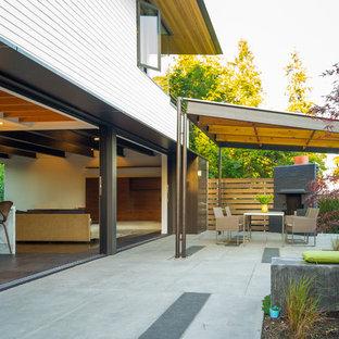 Exemple d'une terrasse tendance avec un gazebo ou pavillon.