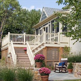 Ispirazione per un patio o portico chic con pavimentazioni in pietra naturale