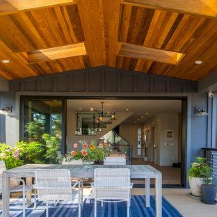 Foto di un patio o portico stile rurale dietro casa con un tetto a sbalzo