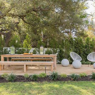 Esempio di un ampio patio o portico design dietro casa con fontane, graniglia di granito e nessuna copertura